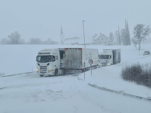 FULL STOPP: To vogntog og en lastebil sperret lørdag ettermiddag og kveld E6 sør for Åsen sentrum. Det oppsto lange køer i begge retninger.