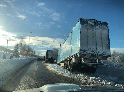 KRÆSJLANDING: En trekkvogn har rett og slett mistet hengeren sin i sørgående felt på E6 nord for Åsen sentrum.