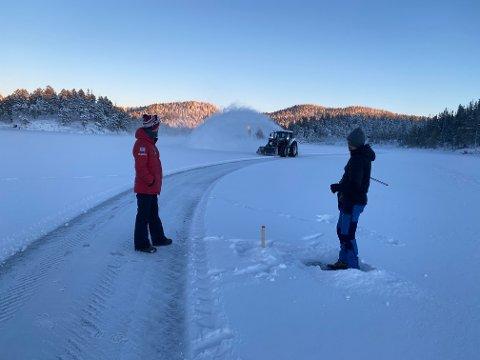 FLOTTE FORHOLD: Johnny Sundseth (i blått til høyre), Andreas Melting (i traktoren) og Kristian Melting er noen av ildsjelene som har gjort det mulig med isbanekjøring på Ålvatnet førstkommende helg.