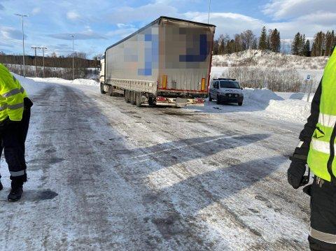 PARKERT: Semitraileren ble vinket inn til en rutinemessig promillekontroll i ved Einangsmoen i Hegra onsdag formiddag. Sjåføren blåste rød og vogntoget ble parkert.