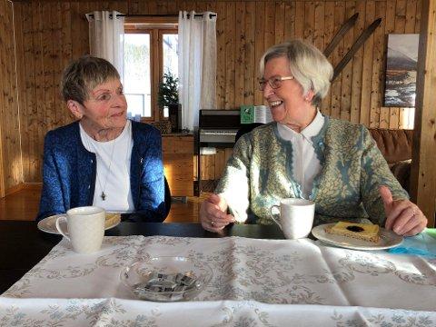 NYTT LYS: – Å få komme hit er helt topp. Sanitetskvinnene gjør mye bra, sier Gerd Brandtzæg (89) (t.h) som i høst ble enke og har behov for å komme seg ut for treffe andre i denne koronatiden. Sigrid Skogan (78), leder i Steinkjer Sanitetsforening, er glad for at sanitetskvinnene kan bidra til å gi nytt lys i hverdagen til eldre hjemmeboende i Steinkjer.