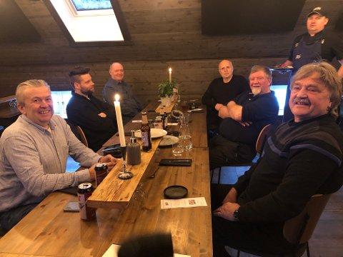 SMAKTE GODT: Seks av jegerne i jaktlaget var meget godt fornøyd med middagen. På venstre side: Roger Sellæg, Emil Isaksen og Arne Olav Vollan. På høyre side jaktleder Terje Aksnes, Inge Storholmen og Ola Haugskott.