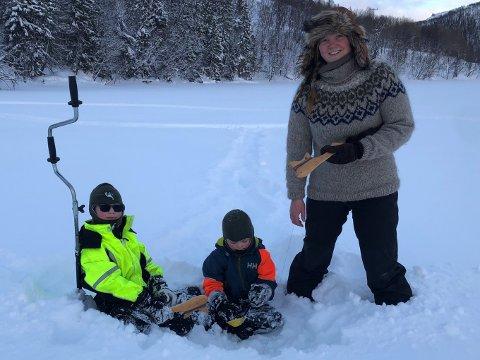HELE FAMILIEN: – Isfiske er artig, spennende og noe hele familien kan gjøre sammen, sier Tove Heggdal Ingulfsvann. Her sammen med Albert Ingulfsvann, og Jens Ingulfsvann.