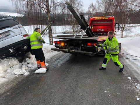 TRAVLE TIDER: Det er travle tider for bilbergerne Roger Heggli og Tor Arne Øyen fra Steinkjer bilberging. Da Trønder-Avisa snakket med dem tirsdag morgen var de ute på sin femte utforkjøring denne dagen.