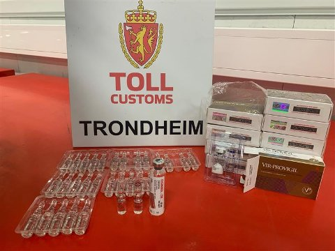 DOPING: Da tollerne kontrollerte personbilen på grensa i Meråker fant de 30 ampuller, samt tabletter som brukes for å skjule bruk av doping.