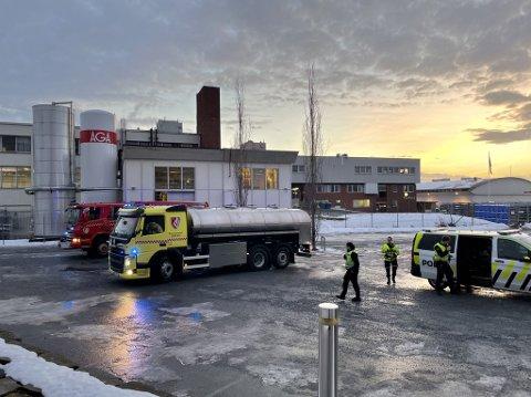 EVAKUERES: Nødetatene er på plass ved Nortura i Steinkjer etter melding om mulig gassutslipp.