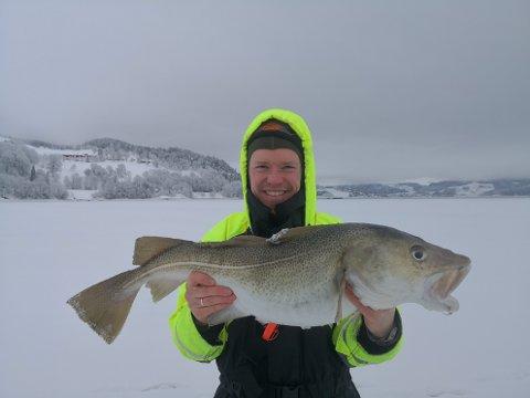 - Vi syntes torsken hadde veldig stor mage, sier Øyvind Raen fra Molde. I helga var han og broren hans i Hjellbotn i Beitstad og fisket på isen innerst i fjorden der.