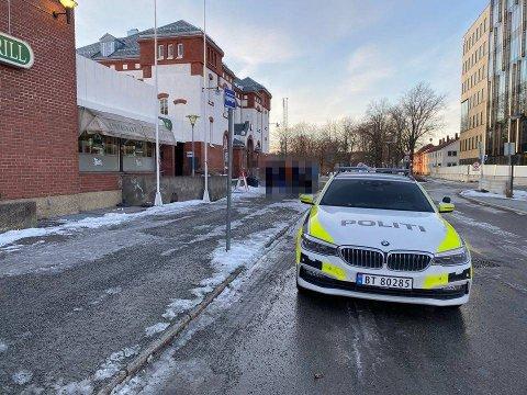 SNAKK: Ved 18-tiden lørdag var politiet i samtale med ungdommer utenfor Steinkjer stasjon.