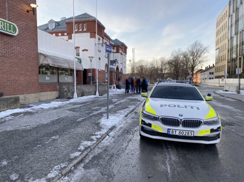 SKULLE SLÅSS: Her er politiet i samtale med ungdommer utenfor Steinkjer stasjon. Da hadde de kort tid forut blitt bedt om å forlate kjøpesentret i byen.