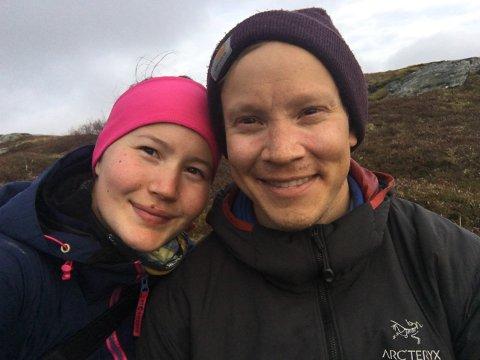 – Heldigvis har vi ikke inngravert noen dato på gifteringen, sier Lars Peder Dunfjeld. Han og forloveden Maja Kristine Jåma belager seg påå utsette bryllupet for andre år på rad.