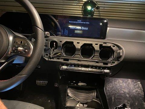 INNBRUDD: Slik ser det ut inne i den nye Mercedesen etter innbruddet. Det skal ikke ha vært noen spor etter innbruddet, og bilen skal ha vært låst.