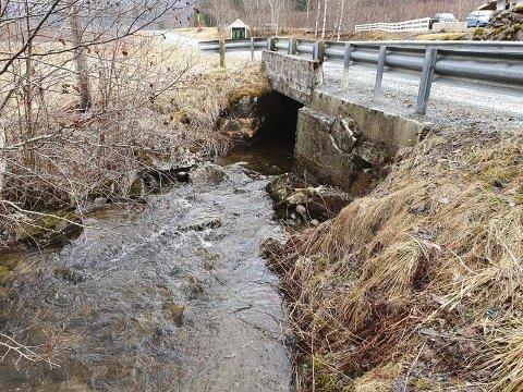 SKAL RIVES: Nå blir denne brua i Stjørdal historie. Den skal rives og byttes ut med betongrør.