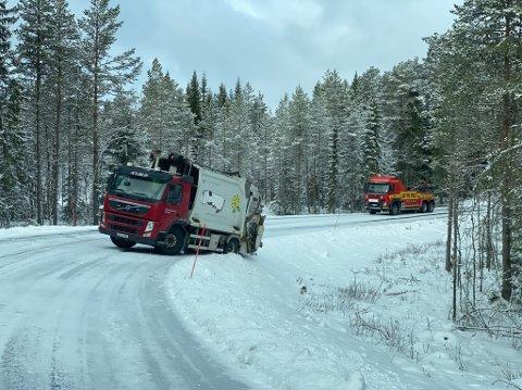 BLE BERGET: Bergingsbilene på Innherred har vært ute på flere oppdrag torsdag. Her berges renovasjonsrunden i Ogndal.