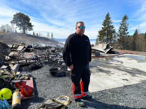 TILFELDIG: Ken Arild Sandgrind (33) skulle hente en arbeidsbil da han oppdaget brannen. – Da sto flammene allerede gjennom taket, forteller han.