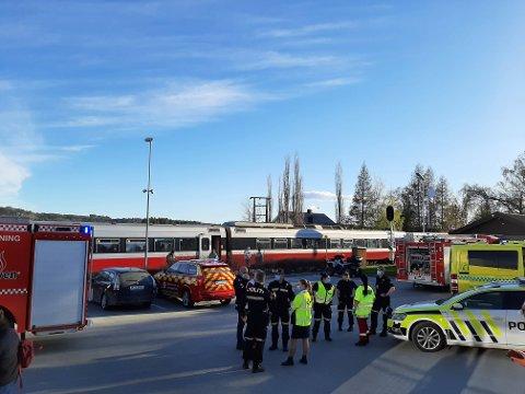 INGEN PANIKK: Passasjer Steinar Langåssve sier han ikke opplevde noen panikk blant passasjerene. Toget stoppet ved Skatval stasjon, og brannvesen, ambulanse og politi rykket ut til stedet.