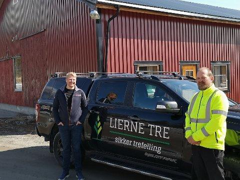 NY ANSETTELSE: Daglig leder i Lierne Utvikling, Tor Erling Inderdal (.t.v.), går i august over i ny jobb som driftsleder hos Lierne Tre. Daglig leder Peter Sundvik til høyre.