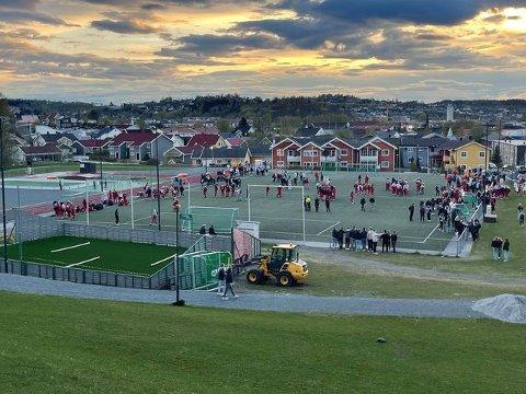 AMPER STEMNING: Det var amperstemning da over hundre mennesker var samlet på Leirabanen i Levanger lørdag kveld.