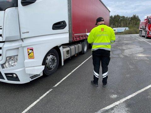 GRUNDIG SJEKK: 33 tunge kjøretøy ble vinket inn for kontroll av Statens vegvesen i Åsen tirsdag.