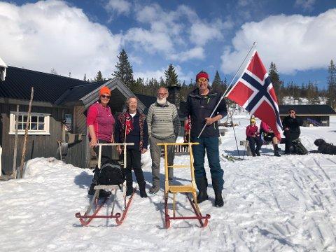 SPARKTUR: Anne Karin Langsåvold (lengst til venstre) og Bård Langsåvold (lengst til høyre) fant en ny måte å markere 1. mai på i år. – Naturlig å ta sparken fatt, sier 69-åringen. Mellom dem står vertskapet på kafeen på Litjfunnsjøvollen, Elin Rønning og Arne Slungård.