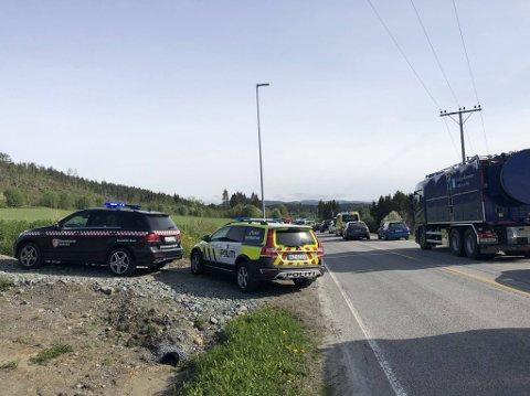 KØ: Det dannet seg kø på E6 i forbindelse med ulykken i begge retninger. Vegen ble også stengt etter at helsepersonellet var ferdig på stedet. Både politi, brannvesen, luftambulanse og ambulanse var på stedet.