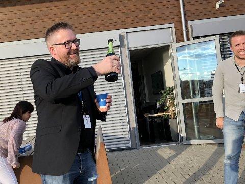 HEDRET: Trønder-Avisas fotograf Johan Arnt Nesgård (45) ble hyllet av et samlet Medie-Trøndelag fredag kveld. Det var en stolt fotograf som mottok hedersprisen fra sine egne.