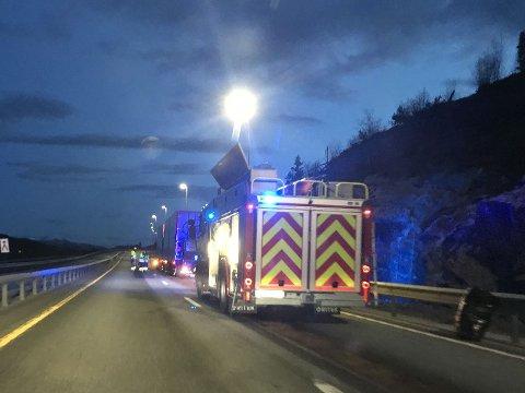OPPRYDDING: Brannvesenet er fredag kveld i gang med opprydding på E6 etter et kilometerlangt oljesøl i vegbanen.