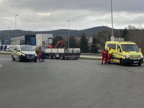 STAKK FRA STEDET: Politiet søker etter en gjerningsperson etter at russ i en russebuss skal ha blitt truet med kniv på Gråmyra i Levanger lørdag morgen.