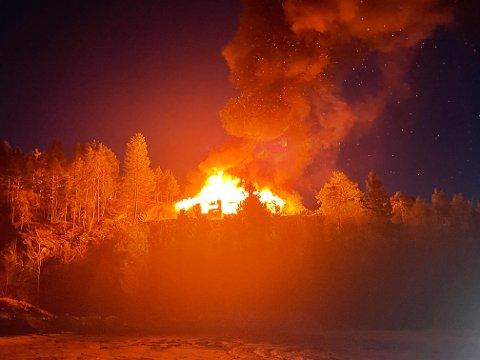 OVERTENT: Boligen er i full fyr, og det er fare for spredning av brannen melder politiet.