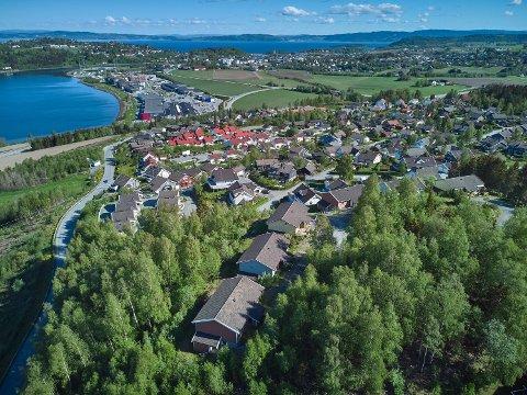 SOLGT: Levanger kommune har kvittet seg med  Halssteinvegen 12 til og med 32, som ble solgt for 15 millioner kroner, mandag.