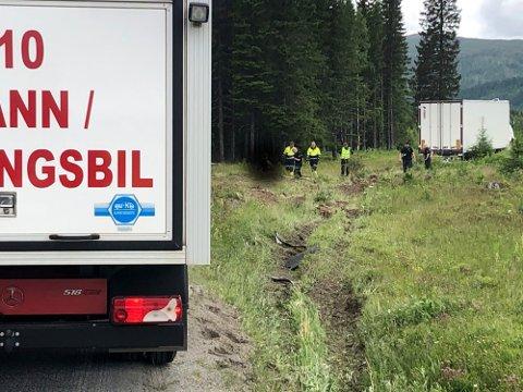 KJØRT AV VEGEN: Nødetatene er på plass i Namsskogan hvor en lastebil har kjørt av vegen.