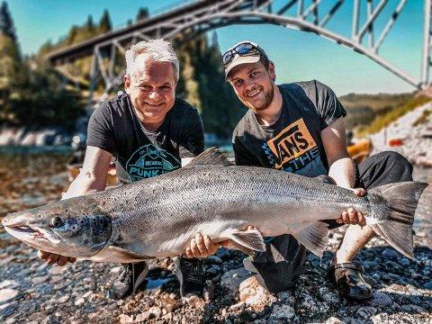 STORLAKS: Geir Inge Gjørva (t.v.) og Kjell Vidar Nisted er godt fornøyde etter å ha fått opp ruggen på over 20 kilo lørdag formiddag.