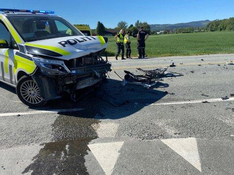 STORE SKADER: Politiets patruljebil av typen Mercedes Vito var én av bilene som ble involverte i kollisjonen på E 14 torsdag. Bilen har en verdi på ca 1,5 million kroner, med standard utrustning.