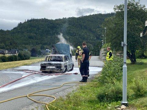 OVERTENT: Det som startet som flammer under bilen utviklet seg raskt da det begynte å brenne i en bil nære Steinkjer sentrum onsdag ettermiddag.