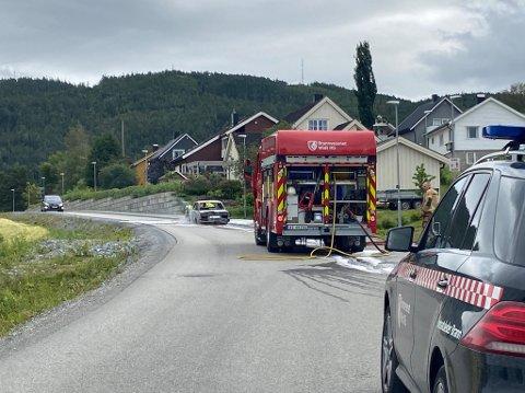 VARME: Varmen fra den overtente bilen var så sterk at den lagde skader på vegdekket i Tranaskogvegen, forklarer operasjonslederen i politiet, som kommer til å ta saken opp med kommunen.