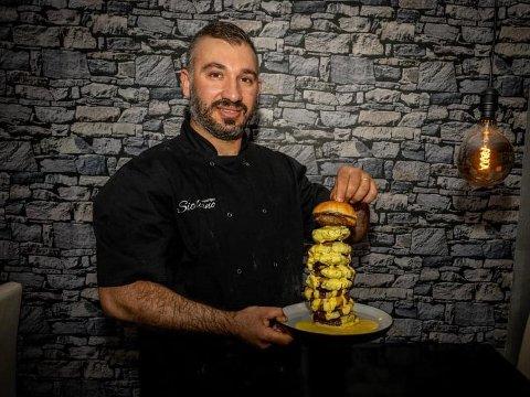 SATSER STORT: Hos Siciliano finner du nå en av landets største burgere. Rawand Ismael skal nå selge hamburger som er hele 1,4 kilo.