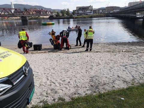 SØKTE: Store mannskaper søkte etter en mann etter melding om mulig drukningsulykke ved Bystranda i Steinkjer mandag ettermiddag.