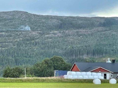 RØYK: Det ryker fra Spannfjellet etter et lynnedslag onsdag kveld.