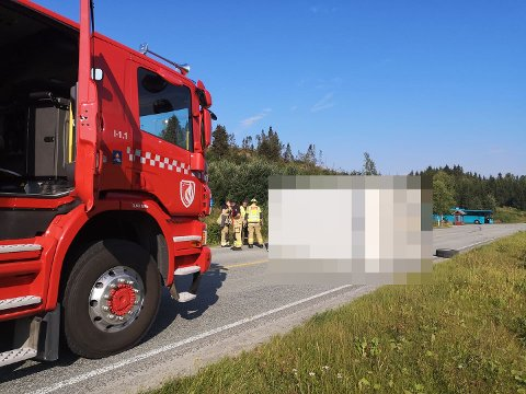 FASTKLEMT: Sjåføren lå fastklemt etter at lastebilen veltet på Fv. 17 ved Dyrstad i Steinkjer torsdag formiddag. Sjåføren ble frigjort av brannvesenet og er fraktet bort i ambulanse.