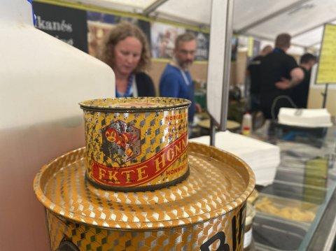 CRÊPE: Kirsten Rotmo og Bo Rotmo serverte opp crêpes med egen honning og trondheimspublikummet kom som bier til honning.