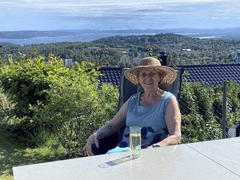 KAN Å KOSE SEG: Hun har en travel hverdag i Olympiatoppens tjeneste, Marit Breivik. Da er det av og til godt å kose seg i hagen med utsikt over hele Oslo.