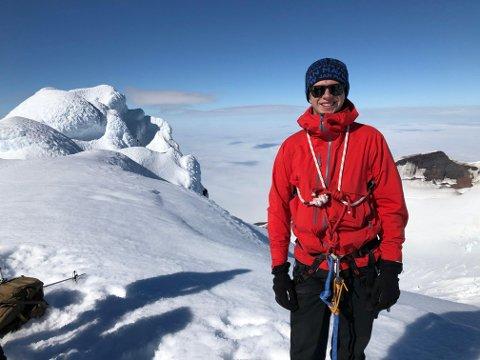 VULKAN: Fra der han bor har Esten Børøsund (19) fra Steinkjer tittet opp på Beerenberg, Norges eneste aktive vulkan. Nå har han også besteget fjellet.