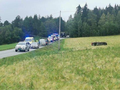 MISTET KONTROLLEN: Den aktuelle bilen har kjørt ut på Sjøvegen i Ekne og havnet utpå en åker.