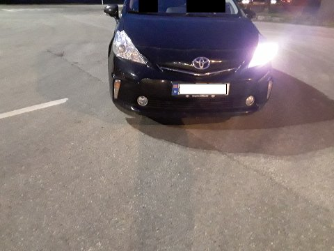 ANMELDT: Føreren av denne bilen blir anmeldt for å kjøre uten nærlys og parklys på den ene siden.