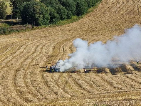 RASK SPREDNING: Flammene spredte seg raskt til den tørre halmen på bakken på grunn av vinden.