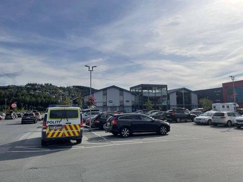 SIKRET SPOR: Politiet var på Magneten lørdag ettermiddag for å se på videoopptak av sykkeltyveriet. I løpet av lørdag har det blitt stjålet minst fem dyre elsykler i Levanger.
