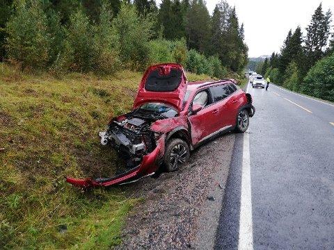 STORE SKADER: Sjåføren slapp fra utforkjøringen med lettere skader, men bilen fikk omfattende skader.