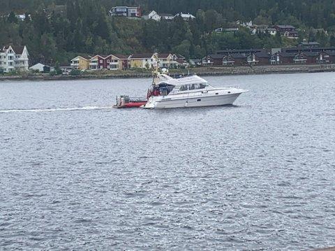 MOTORSTOPP: Her slepes havaristen til av redningsskøyta.