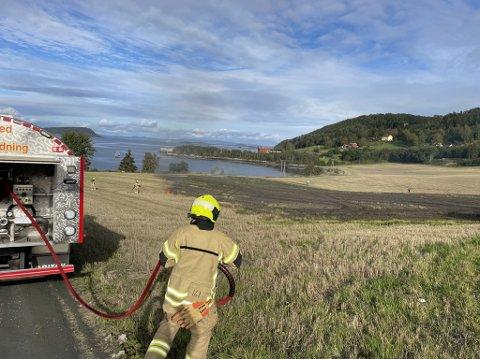 UTE AV KONTROLL: Brannvesenet rykket ut da de fikk melding om et bål som var ute av kontroll.
