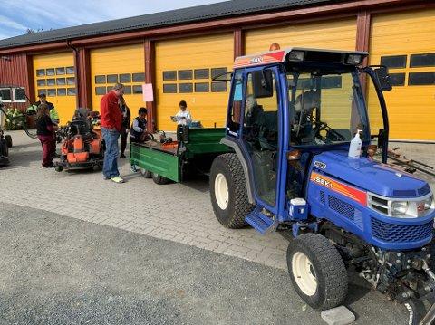 SMÅ TRAKTORER: Få lot sjansen gå fra seg til å ta en nærmere titt på Mære landbruksskoles små traktorer som til vanlig brukes i anleggsparken.