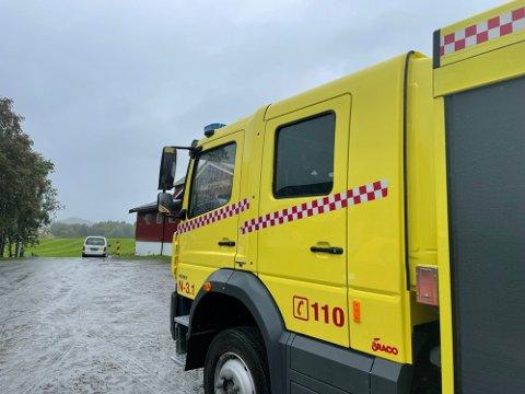 PÅ PLASS: Brannmannskaper er på plass for å bistå med å få kyrne opp fra fraukjelleren.